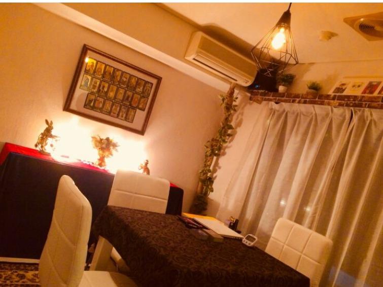 東京渋谷占いならVIPルーム(完全個室)完備の占い館BCAFE(ビーカフェ)がオススメ!3名以上でも同席にて占いを受けることが出来るため、女性に限らず男性・男女混合・カップルのお客様にも最適